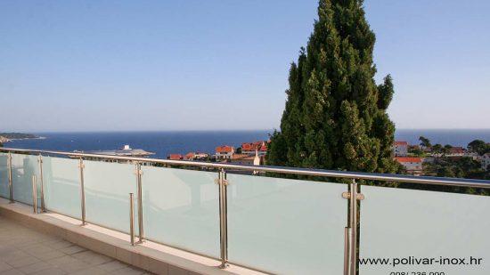 Inox balkon sa ispunama od lamistal stakla i dodatnim stupovima