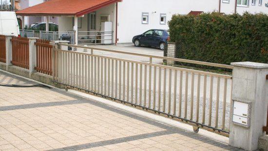 Inox klizna ograda na vodilici sa kvadratnim cijevima i okomitim ispunama