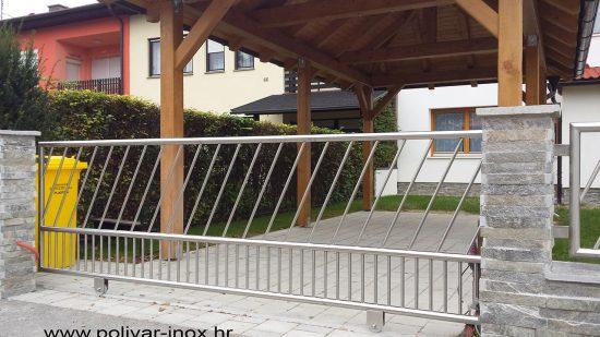 Inox klizna ograda na vodilici sa kosim i okomitim ispunama