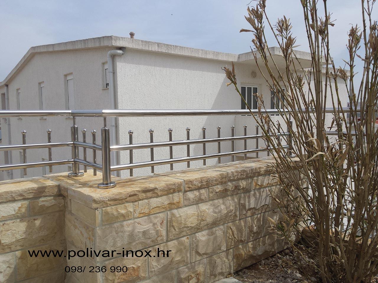 Inox vanjska ograda na podestu sa okomitim ispunama i kuglicama